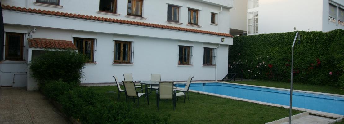 Jardín exterior con piscina